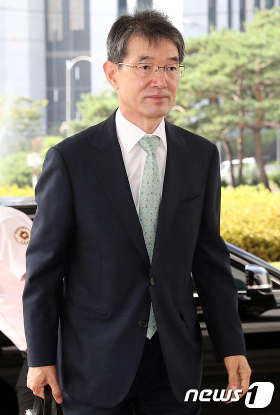 [사진]대법원 들어서는 안철상 법원 행정처장