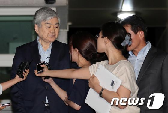 수백억원대 세금 탈루와 비자금 조성 혐의를 받고 있는 조양호 한진그룹 회장이 지난달 구속 전 피의자심문(영장실질심사)이 기각된 후 서울 구로구 서울남부구치소를 나서고 있다. 2018.7.6 이재명 기자