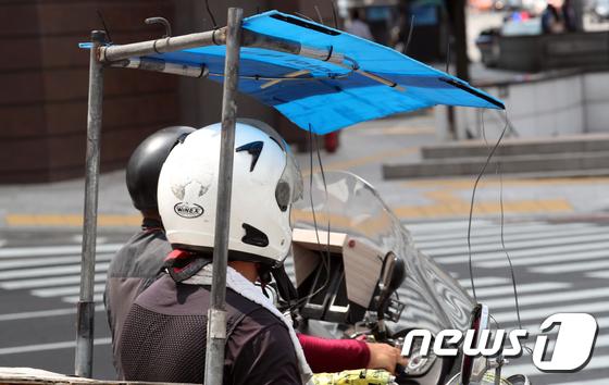 [사진]퀵배달 기사의 오토바이 그늘막