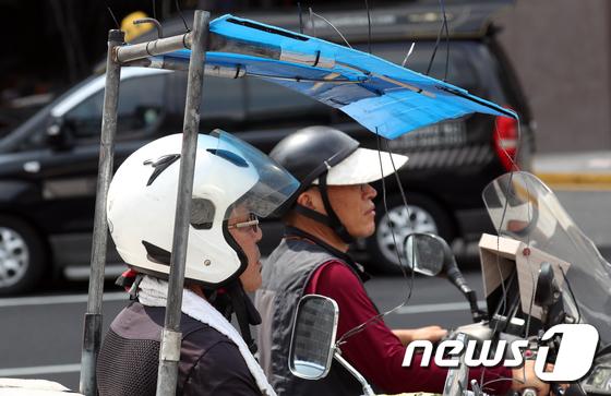 [사진]폭염 진풍경 '퀵 서비스 오토바이 �Z빛 가리개'