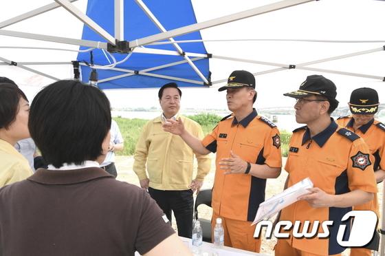 [사진]119구조대원 구조상황 설명하는 조종묵 청장