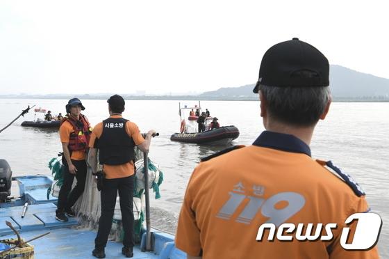 [사진]김포 구조대원 실종현장 바라보는 조종묵 소방청장