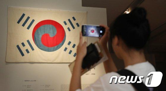 [사진]국립중앙박물관 '고종이 데니에게 하사한 태극기' 공개