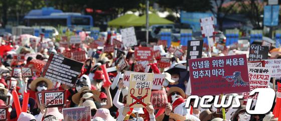 4일 오후 서울 광화문광장에서 열린 '제4차 불법촬영 편파수사 규탄시위'에서 참가자들이 구호를 외치고 있다. 2018.8.4/뉴스1 © News1 이승배 기자