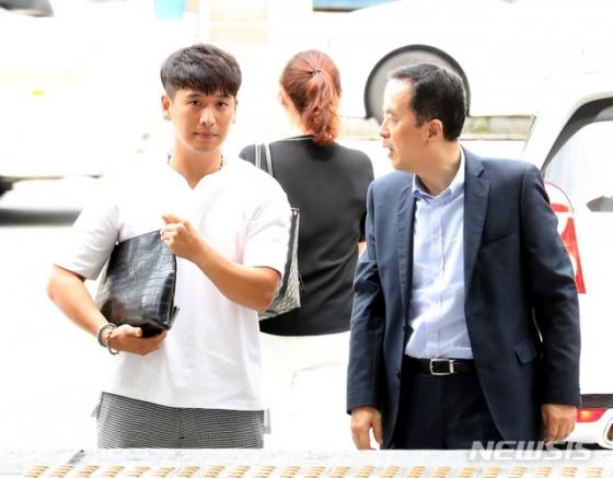 BMW차량 화재 피해자 모임 이광덕(왼쪽) 씨가 하종선(오른쪽) 변호사와 13일 오후 서울 중랑구에 위치한 서울지방경찰청 지능범죄수사대로 고소인 조사를 받기 위해 들어오고 있다. /사진=뉴시스