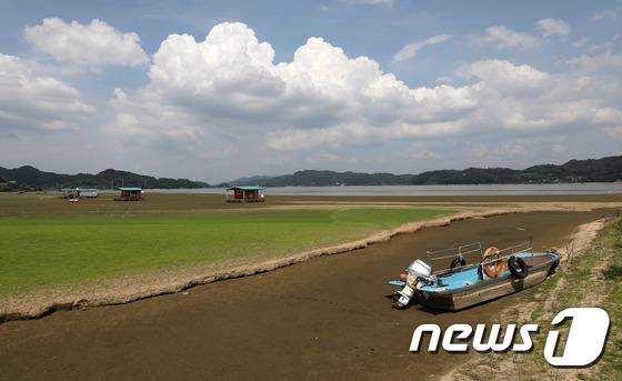 [사진]가뭄에 발 묶인 낚시배