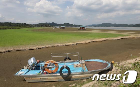 [사진]최강 폭염과 가뭄에 '발 묶인 낚시배'