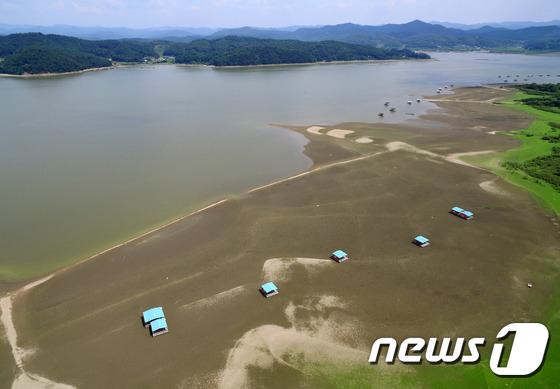 [사진]'끝나지 않는 폭염' 바닥 드러낸 저수지
