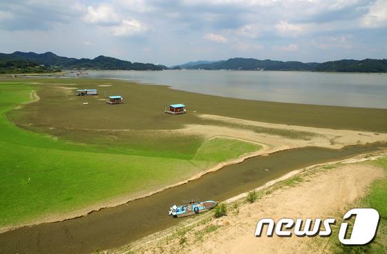 [사진]폭염과 가뭄에 바닥 드러낸 저수지