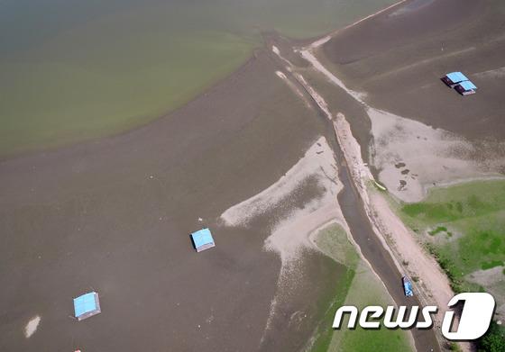 [사진]기록적인 폭염 '말라버린 저수지'