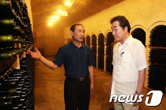 [사진]이낙연 총리 '와인 보관동굴 신기하네요'