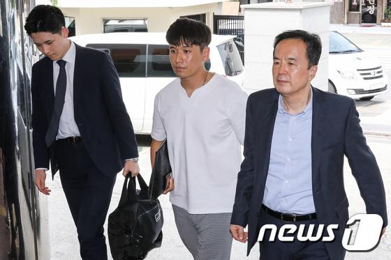 [사진]고소인 조사 출석하는 BMW 피해자모임 이광덕씨