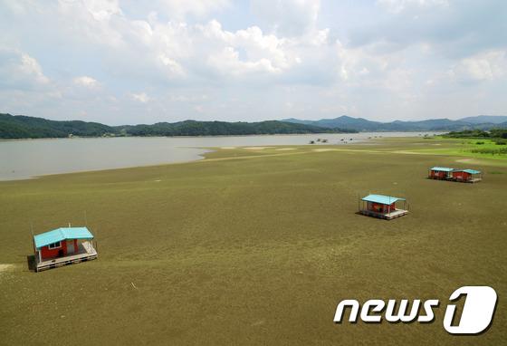 [사진]폭염과 가뭄으로 바닥 드러낸 저수지