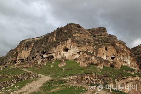 동굴집들이 빽빽하게 들어서 있는 바위산./사진제공=이호준 여행작가