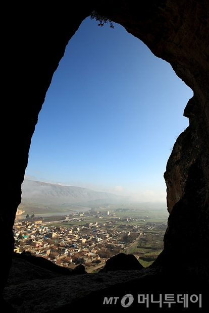 어느 동굴집 꼭대기에서 바라본 하산케이프 전경. 멀리 티그리스 강이 보인다./사진제공=이호준 여행작가