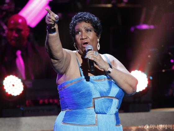 【뉴욕=AP/뉴시스】'솔(soul)의 여왕'으로 불리며 '리스펙트'(Respec)등 다수의 히트곡으로 인기를 끈 미국의 여가수 아레사 프랭클린이 16일(현지시간) 별세했다. 향년 76세. 사진은 2012년 1월14일 촬영된 것으로, 워싱턴의 한 극장에서 공연하는 모습.