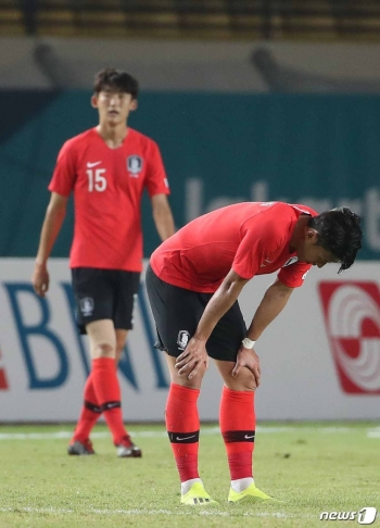 17일 오후 인도네시아 반둥 시 잘락 하루팟 스타디움에서 열린 2018 자카르타·팔렘방 아시안게임 U-23 남자축구 대한민국과 말레이시아의 조별리그 2차전에서 손흥민이 아쉬워하고 있다. 이날 대한민국 U-23 축구대표팀은 말레이시아를 상대로 1대2로 패했다./사진=뉴스1