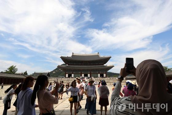 18일 서울 종로구 경복궁 위로 펼쳐진 하늘이 파랗게 개어 있다. /사진=뉴스1