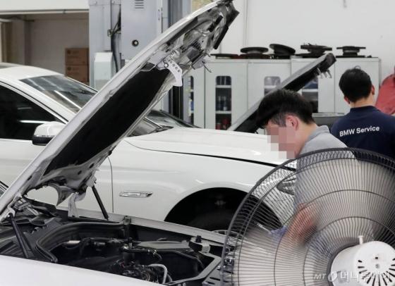 잇따른 차량 화재 사고로 논란을 빚은 BMW가 EGR 모듈 리콜(결함 시정)을 시작한 20일, 서울 시내의 한 서비스센터에서 정비사가 차량을 점검하고 있다./사진=김창현 기자