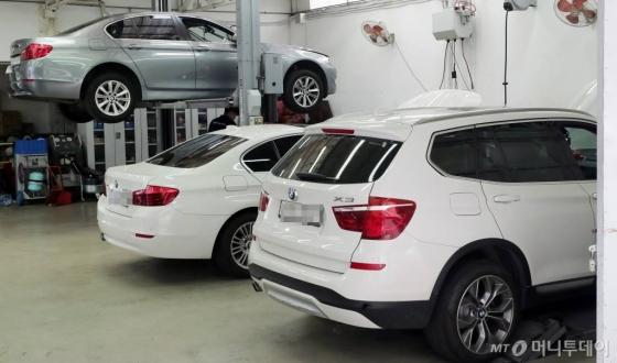 잇따른 차량 화재 사고로 논란을 빚은 BMW가 EGR 모듈 리콜(결함 시정)을 시작한 20일, 서울 시내의 한 서비스센터내 워크베이에 차량들이 대기하고 있다./사진=김창현 기자