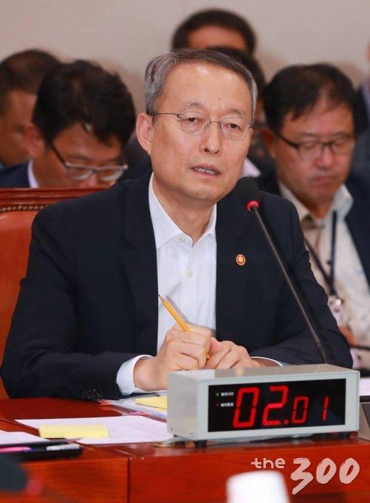 산업통상자원부 백운규 장관이 21일 오후 서울 여의도 국회에서 열린 산자중기위 전체회의에 출석해 의원들의 질의에 답하고 있다.