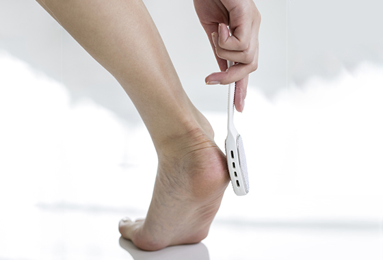 '버퍼'를 사용해 발꿈치 각질을 제거하는 모습/사진=픽스타