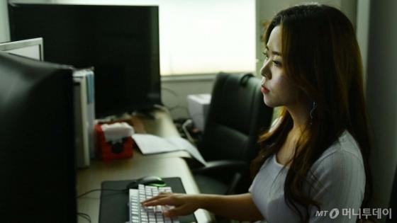 '디지털 장의사' 이지수 과장이 '몰래카메라'와 관련된 의뢰를 처리하고 있다. /사진=이상봉 기자
