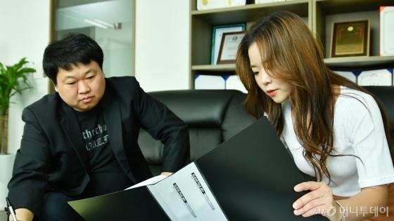 '디지털 장의사' 이지수 과장(오른쪽)이 동료와 의뢰 온 사건들을 정리하고 있다. /사진=이상봉 기자