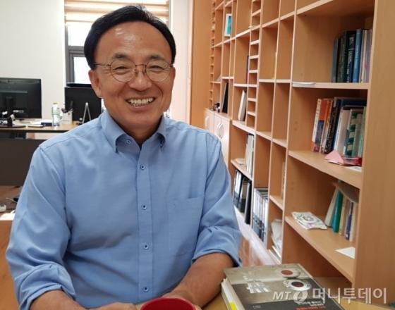 김영익 서강대학교 경제학부 교수가 지난 21일 서강대 캠퍼스에서 머니투데이와 인터뷰하고 있다. /사진=머니투데이