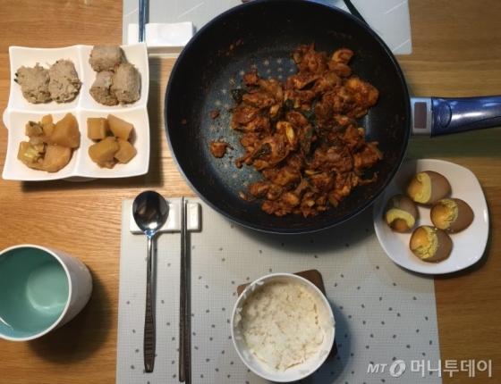 탄수화물(밥)을 줄이고 단백질(닭갈비, 삶은달걀)과 지방(고기말이)을 늘린 저녁식사. 삶은 달걀은 부장 협찬이다./사진=남형도 기자