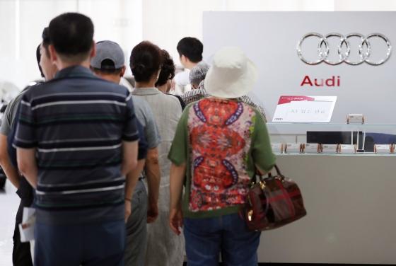 28일 오후 서울의 한 아우디공식인증중고차 전시장을 찾은 시민들이 아우디 A3를 예약하기 위해 줄을 서 있다./사진=뉴스1