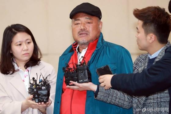 성폭행 혐의로 피소된 가수 김흥국씨(59)가 올해 4월5일 오후 서울 광진경찰서에 피고소인 신분으로 조사를 받기 위해 출석해 입장을 밝히고 있다./사진=임성균 기자