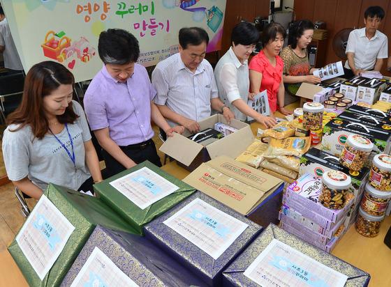 29일 오후 서울 서초구 서초3동 주민센터에서 이 지역 주민들로 구성된 자원봉사자들이 저소득 결식아동을 위한 '건강한 여름나기 영양꾸러미'를 만들고 있다. /사진=뉴스1