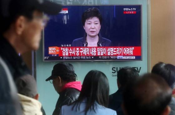 박근혜 대통령이 2016년 11월4일 오전 최순실 국정개입 의혹파문과 관련해 대국민담화를 발표하는 가운데 시민들이 TV를 통해 지켜보고 있다./사진=홍봉진 기자
