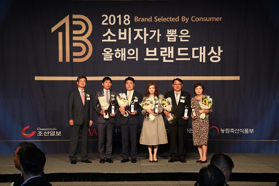 박애란 탐라타마누 대표(사진 오른쪽 3번째)가 '2018년 소비자가 뽑은 올해의 브랜드 대상'을 수상을 하고 기념 촬영 중이다/사진제공=탐라타마누