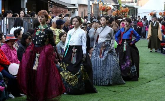 【서울=뉴시스】조성봉 기자 = 21일 오후 중구 한양도성 다산성곽길에서 열린 예술문화제에서 시민들이 한복패션쇼를 관람하고 있다.  호텔신라는 서울 중구청과 '다산성곽길 예술문화제'를 공동 개최하고 지역 주민과 상생 할 수 있는 프로그램을 함께 추진해나가며, '다산성곽길 관광명소화'을 위해 함께 노력해 나갈 계획이다. 2017.10.21.  suncho21@newsis.com  <저작권자ⓒ 공감언론 뉴시스통신사. 무단전재-재배포 금지.>