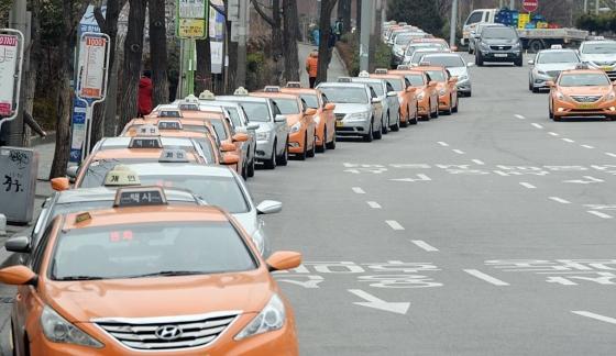 서울역 근처에서 택시들이 탑승객을 기다리며 길게 줄지어 서 있다. / 사진=뉴시스