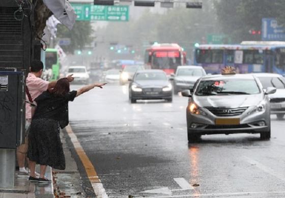 소나기가 내린 지난달 15일 오후 서울 종각역 인근에서 시민들이 소나기를 피해 택시를 잡고 있다. /사진=뉴스1