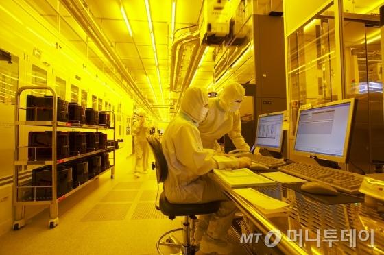 삼성전자 반도체 공장 생산라인./사진=머니투데이 DB, 사진은 기사의 특정 내용과는 관련 없음.