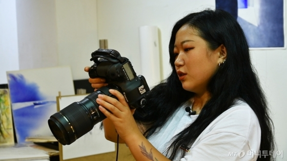 청년들의 영정사진을 찍고 있는 홍산 작가 /사진= 이상봉 기자