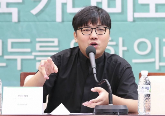 지난달 10일 강성석 목사가 서울 중구 한국프레스센터에서 열린 한국 카나비노이드 협회 의료용 대마 합법화를 위한 기자회견에서 모두발언을 하고 있다./사진제공=뉴시스
