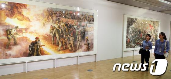 국립아시아문화전당 문화창조원 6관에서 전시중인 북한 미술작품들. /사진=뉴스1