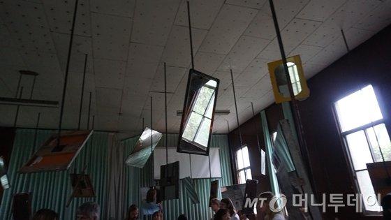 구 국군광주병원 교회에 전시된 마이크 넬슨의 작품 '거울의 울림'./사진=배영윤 기자