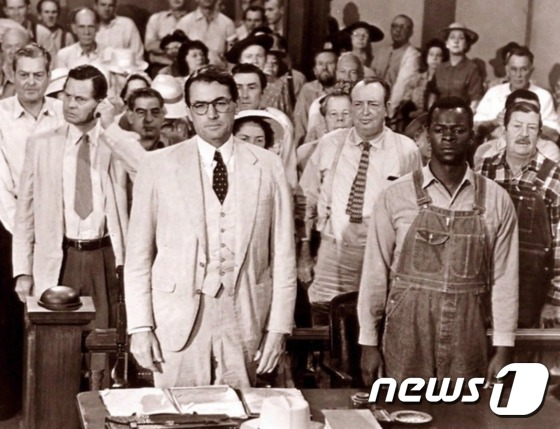1960년에 출간돼 퓰리처상을 수상한 하퍼 리의 동명 소설을 극작가 호턴 풋이 각색한 영화 '앵무새 죽이기'의 한 장면/ 출처=워싱턴포스트 갈무리