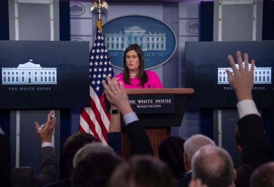 세라 샌더스 백악관 대변인이 10일(현지시간) 정례브리핑을 하고 있다. 이날 샌더스 대변인은 김정은 북한 국무위원장이 2차 북미 정상회담을 제안하는 친서를 도널드 트럼프 대통령에게 보냈다고 밝혔다./AFPBBNews=뉴스1