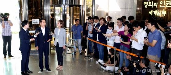 이명박정부 시절 온라인 댓글공작에 관여한 혐의를 받고 있는 조현오 전 경찰청장이 5일 오전 서울 서대문 경찰청으로 출석하고 있다./사진=홍봉진 기자