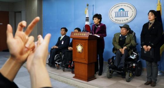 자유한국당 김순례 의원이 21일 서울 여의도 국회 정론관에서 2017년도 전국 시·도별 장애인 복지·교육 비교 조사 결과발표 기자회견을 하고 있다. 왼쪽에는 청각장애인을 위한 수화 통역이 진행되고 있다./사진=뉴시스