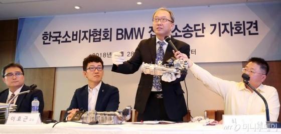 박성지 대전보건대 교수가 지난달 28일 오후 서울 중구 프레스센터에서 열린 '한국소비자협회 BMW 집단소송단 기자회견'에서 결함에 대해 설명하고 있다./사진=홍봉진 기자