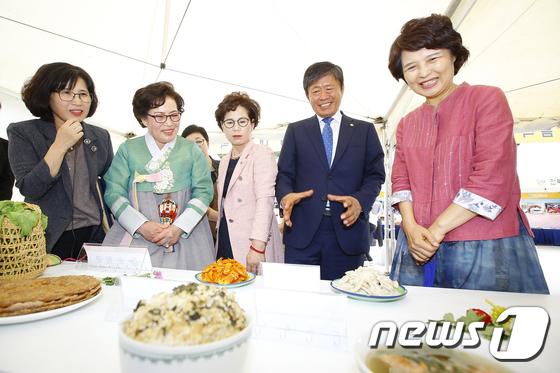 [사진]전시관 둘러보는 라승용 농촌진흥청장
