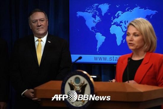 마이크 폼페이오 미국 국무장관(왼쪽)과 헤더 노어트 국무부 대변인./AFPBBNews=뉴스1